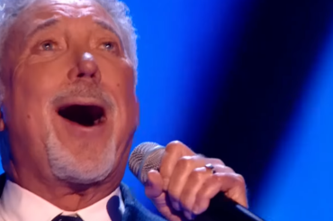 The Voice Uk, Tom Jones da urlo con Hold On, I'm Coming – video