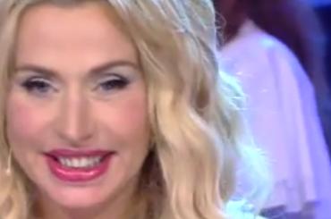 Furore, Valeria Marini canta Gianna Nannini A CAPPELLA – video