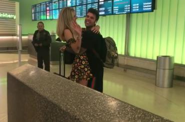 Chiara Ferragni va a prendere Fedez all'aeroporto di LOS ANGELES e scatta la carrambata – video