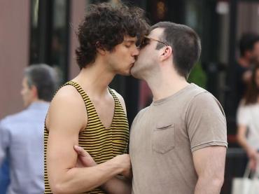 Zachary Quinto e Miles McMillan, meravigliosi baci e coccole per le strade di New York – foto