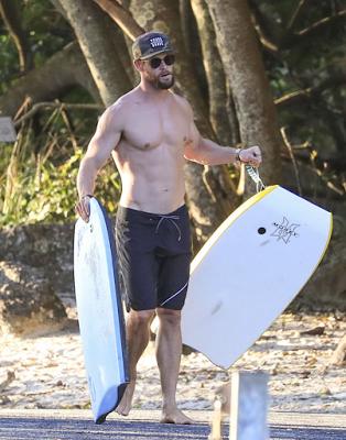 chris+hemsworth+shirtless+beach+1