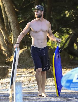 chris+hemsworth+shirtless+beach+3