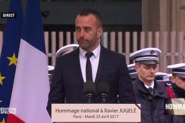 Xavier Jugelè, anche il marito alla cerimonia ufficiale del poliziotto ucciso a Parigi: 'non avrete il mio odio, ti amo'
