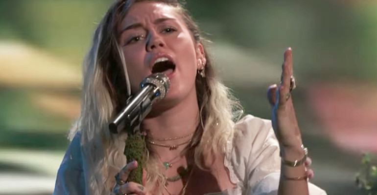 """Miley Cyrus dedica """"Malibu"""" alle vittime di Manchester – il live da The Voice Usa – video"""