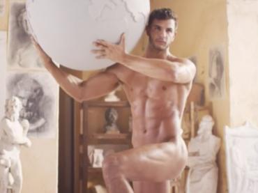 Müller, modello nudo nel nuovo spot dello yogurt – video