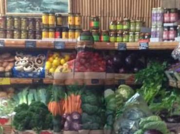 Bodybuilder nudo e trasparente tra gli scaffali della frutta e della verdura  – il video