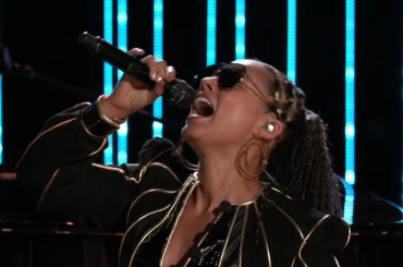 "The Voice Usa, Alicia Keys canta ""(You Make Me Feel Like) A Natural Woman"" di Aretha Franklin – video"