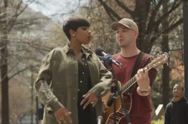 Jennifer Hudson duetta con un cantante di strada – video