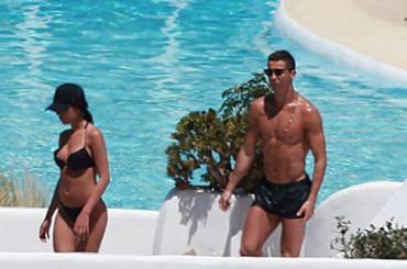 Cristiano Ronaldo in costume ad IBIZA con la nuova fidanzata – foto