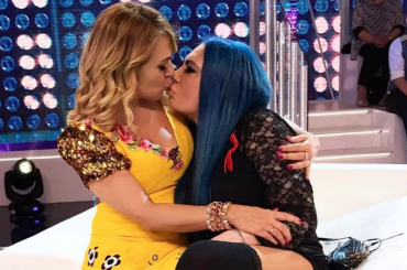Barbara d'Urso e Loredana Bertè, bacio a Domenica Live – foto