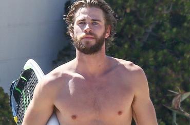 Liam Hemsworth, è strizzata di palle in spiaggia – foto