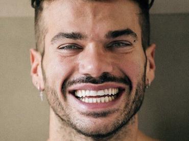 Claudio Sona, primo slip con pacco dell'estate 2017 per il tronista gay