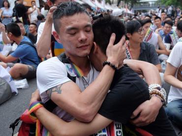 Taiwan, primo paese asiatico a legalizzare il matrimonio LGBT – le foto della FESTA