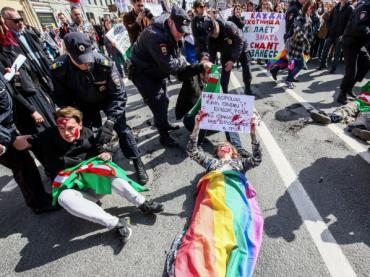 Russia, arrestati manifestanti LGBT che protestavano contro i lager ceceni – foto
