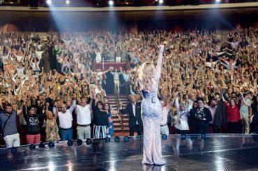 Las Vegas, Céline Dion si commuove nel commemorare le vittime di Manchester – video