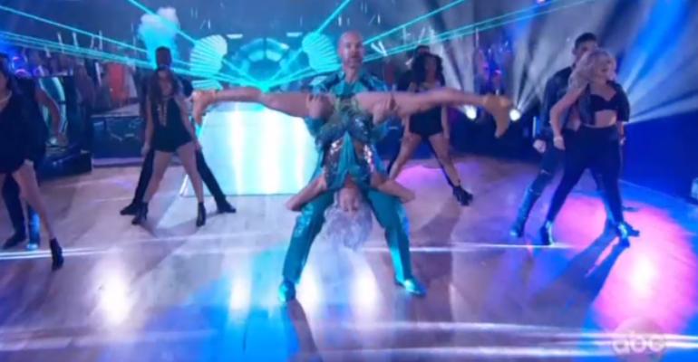 Dancing with the Stars, ballerina scureggia in faccia a concorrente – video