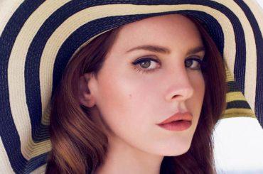 Due ragazze cantano Lana Del Rey ad un karaoke e tra i presenti c'è proprio lei – video