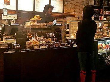 Tom Holland da Starbucks con il costume da Spider-Man – foto