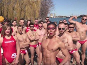 Toronto, la squadra di pallanouto capitanata da una sexy  drag queen – video