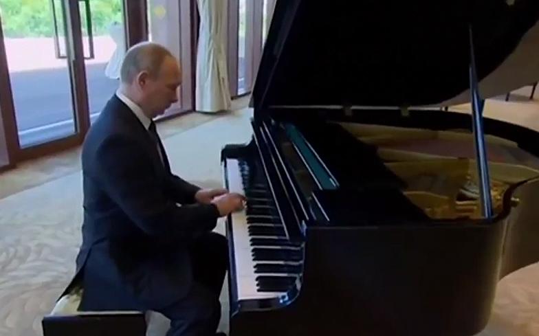vladimir-putin-piano