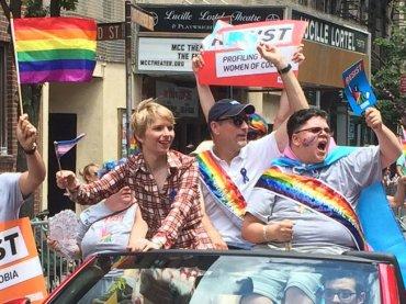 Chelsea Manning al New York Pride, la foto