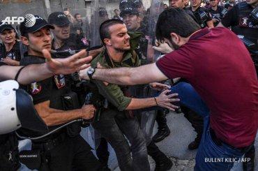 Istanbul Pride, polizia carica i manifestanti con pestaggi, gas lacrimogeni, arresti di massa e proiettili di gomma – le foto