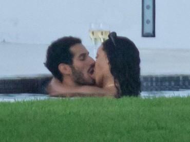 Rihanna, ricca pomiciata in piscina con bonazzo sconosciuto – foto