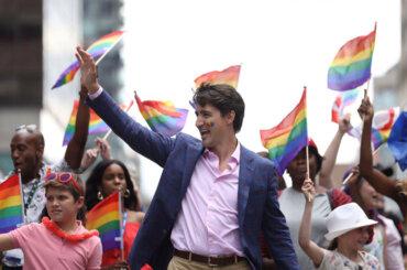 Justin Trudeau, faccia rainbow durante il Toronto Pride – foto