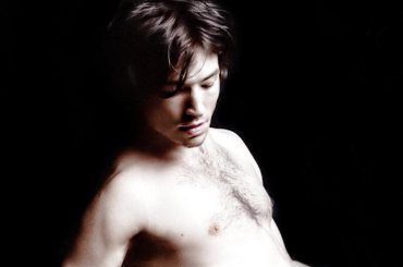 Ezra Miller nudo festeggia il Pride su Instagram