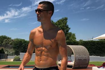 Cristiano Ronaldo oliato e in costume su Instagram – foto