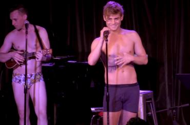 Garrett Clayton canta Stitches di  Shawn Mendes in mutande – video