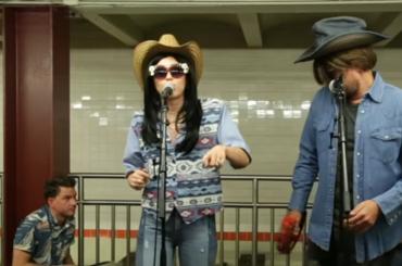 Miley Cyrus mascherata canta sotto la metro di New York con Jimmy Fallon – video
