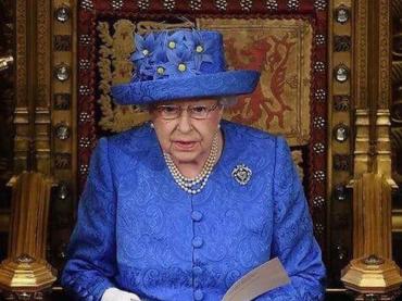 La Regina Elisabetta II snobba Trump e parla direttamente alla comunità LGBT: 'basta discriminazioni'