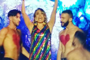 Barbara d'Urso RAINBOW balla Dolceamaro al Gay Village – video