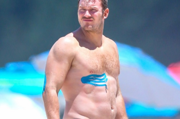 Chris Pratt toro da monta in costume alle Hawaii – foto