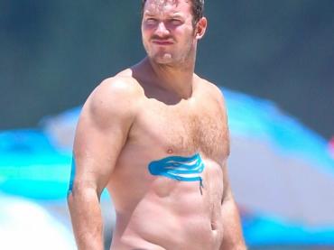 Chris Pratt toro da monta in costume alle Hawaii – foto