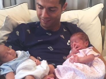 Cristiano Ronaldo, prima foto con i due gemelli nati da mamma surrogata