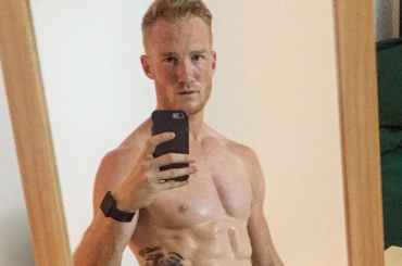 L'olimpionico inglese Greg Rutherford nudo su Instagram, foto