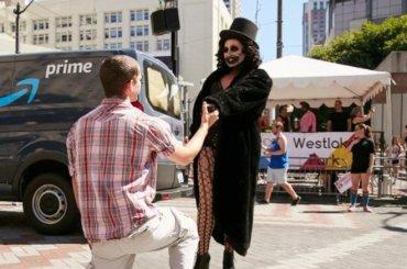 Seattle Pride, proposta di matrimonio gay per una drag vestita da Babadook – il video