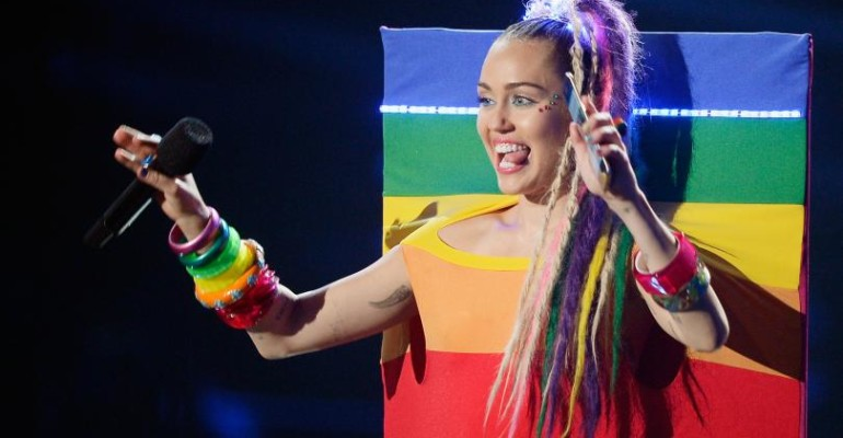Miley Cyrus celebra il mese del PRIDE omaggiando decenni di resistenza LGBT – il video