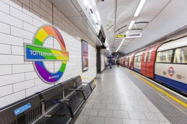 Londra, metropolitana rainbow per il Pride – foto