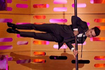 Zac Efron, è pole dance  in diretta tv – video