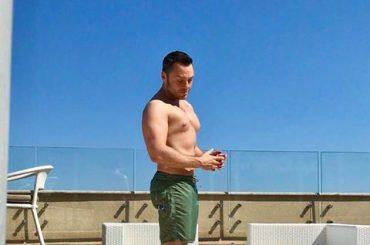 Tiziano Ferro in costume su Facebook, la foto