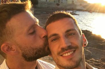 Costantino Imperatore, l'ex Amico di Maria che non ha paura di baciare il proprio compagno sui social – foto