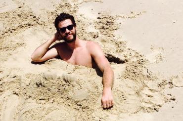Liam Hemsworth gnocco in costume su Instagram – foto