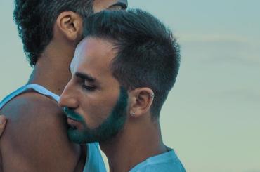 Eledos, il cantante napoletano che racconta l'amore LGBT tramite il reggaeton – ecco ¿Qué Fue?, video