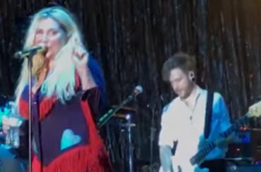 KESHA, primo live di Woman (con lacrime di commozione) – video
