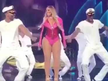 Mariah Carey è un ceppo di legno in concerto, l'imbarazzante video