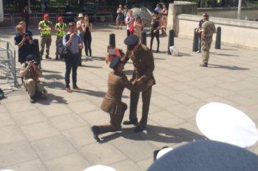 London Pride, proposta di matrimonio gay per due soldati dell'esercito britannico – video