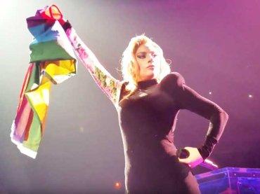 Lady Gaga, proposta di matrimonio gay durante il concerto – video